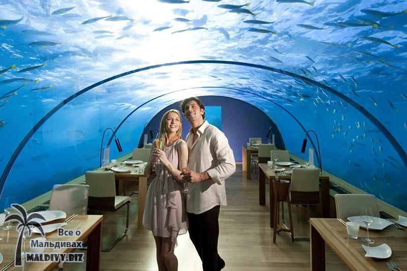 Ресторан под водой на Мальдивах.